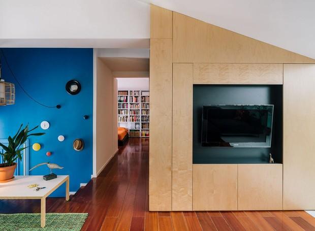 A parede azul recebe os visitantes do sótão convertido em apartamento pelo escritório espanhol Gon Architects (Foto: Imagen Subliminal/Reprodução)