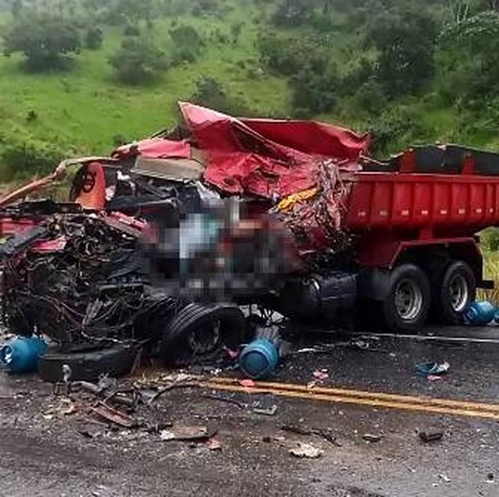 Motorista de caçamba morreu após bater em carreta que levava botijões de gás — Foto: Redes Sociais