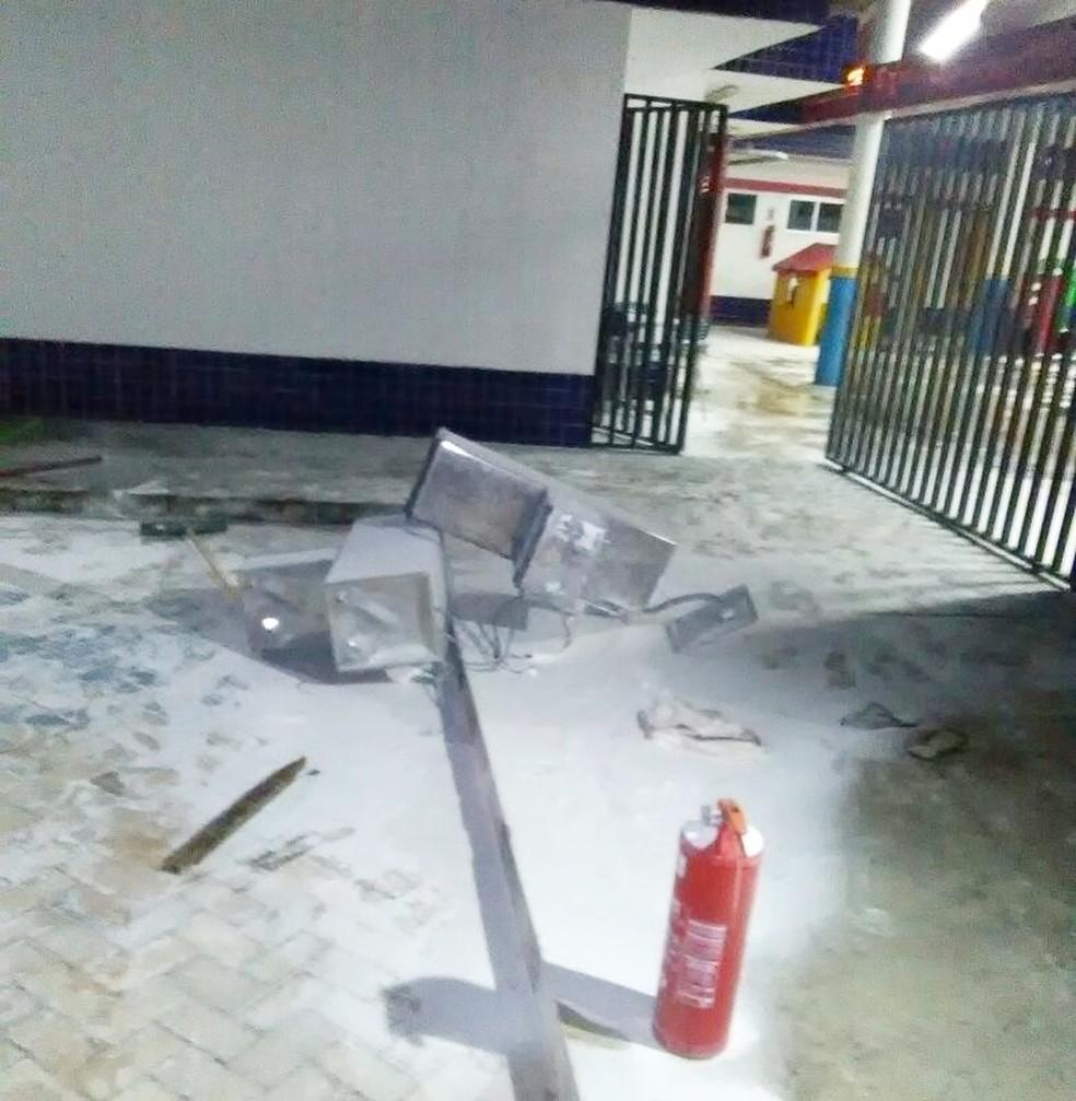 Extintores de incêndio e bebedouros foram destruídos (Foto: Reprodução/Inter TV Cabugi)