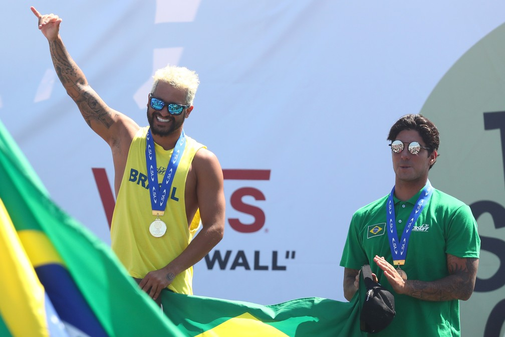 Ítalo Ferreira, medalhista de ouro, e Gabriel Medina, medalhista de bronze, no pódio dos Jogos Mundiais da ISA — Foto: Matt Roberts/Getty Images