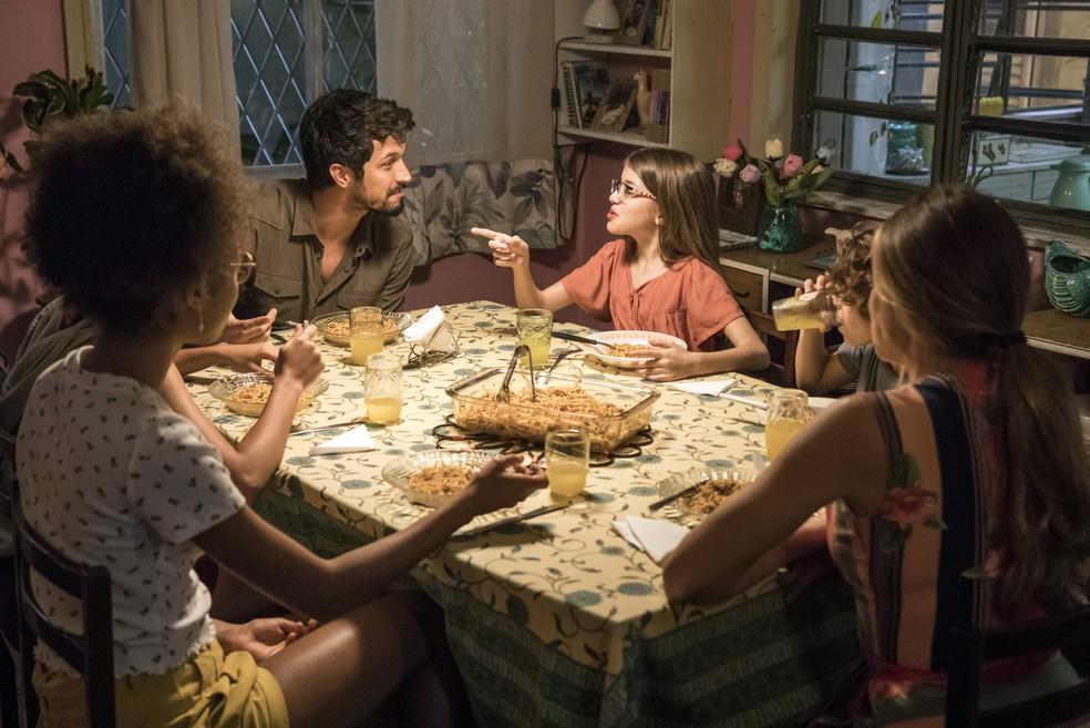 Marcos (Romulo Estrela) e Sofia (Valentina Vieira) jantam na casa de Paloma (Grazi Massafera) — Foto: TV Globo