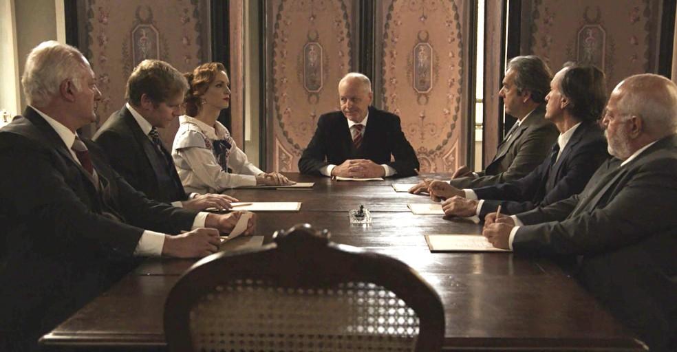 Ludmila se reúne com o conselho da fábrica e as notícias não são boas  (Foto: TV Globo)