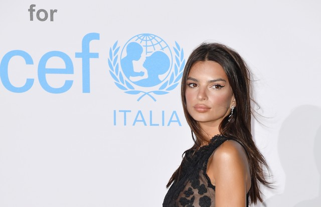 PORTO CERVO, ITALY - AUGUST 10:  Emily Ratajkowski attends a photocall for the Unicef Summer Gala Presented by Luisaviaroma at Villa Violina on August 10, 2018 in Porto Cervo, Italy.  (Photo by Jacopo Raule/Getty Images for UNICEF) (Foto: Getty Images for UNICEF)