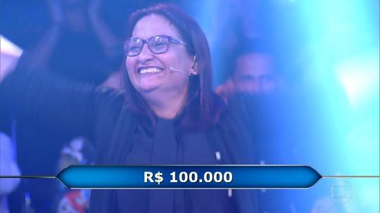 Professora ganha R$ 100 mil e vai às lágrimas ao lembrar que merenda do filho alimentava a família