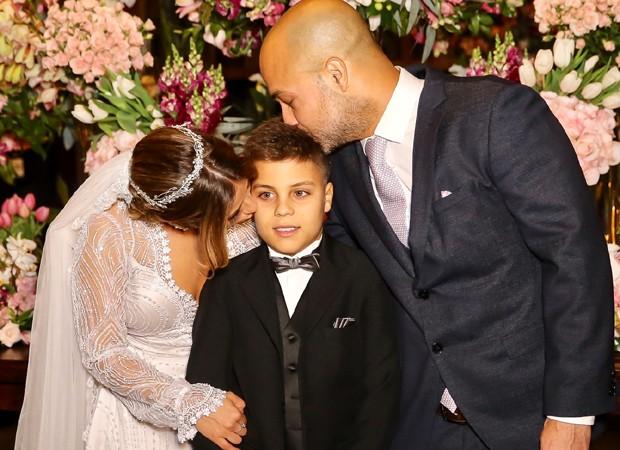 Camilla Camargo e Leonardo Lessa com Antonio, filho de um relacionamento anterior do noivo (Foto: Manuela Scarpa/Brazil News)
