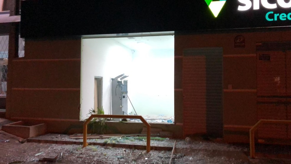 3 agências bancárias de Piên foram alvo de ladrões na madrugada desta sexta-feira (5) — Foto: PM/Divulgação