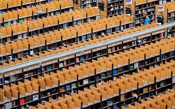 Centro de distribuição da Amazon. Além do varejo on-line, varejo de alimentos e transporte espacial, a empresa prepara a entrada no mercado financeiro, numa parceria com bancos (Foto: Hannibal/Reuters)