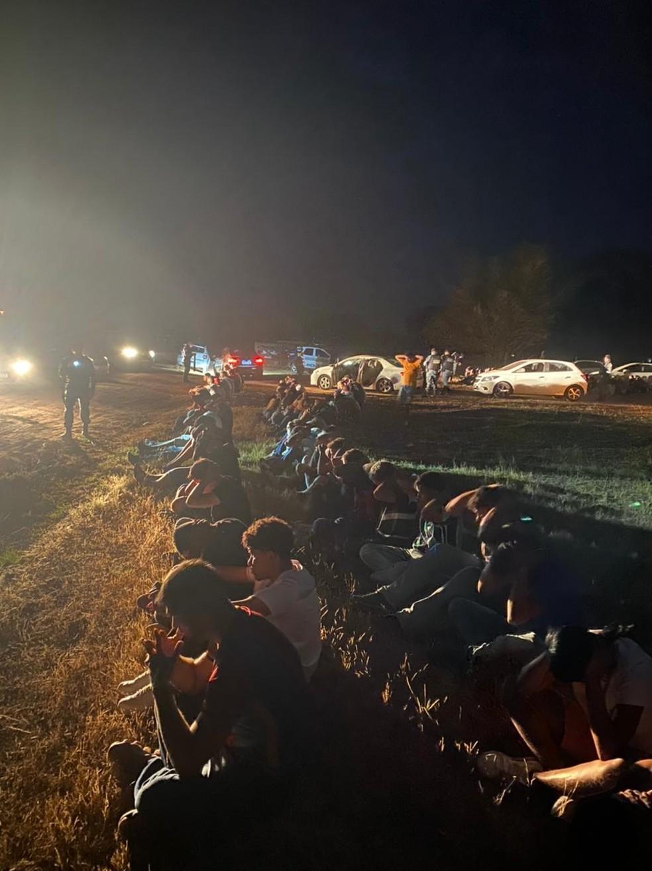 Festa clandestina com aglomeração de 160 pessoas em uma chácara, em Várzea Grande, região metropolitana de Cuiabá, foi fechada por policiais — Foto: PMMT