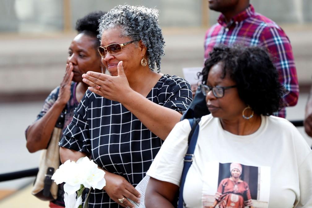 Fãs de Aretha Franklin se despedem da cantora nesta terça-feira (28) no velório que acontece no Museu de História Afro-Americana Charles H. Wright, em Detroit, Michigan, Estados Unidos, August 28; cerimônia continua nesta quarta-feira (29) (Foto: Paul Sancya/REUTERS)