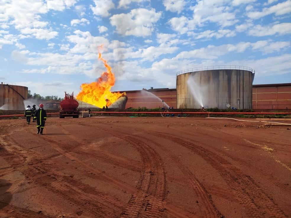 Reservatório com 5 milhões de litros de etanol em usina de MS explode.  — Foto: Corpo de Bombeiros/Divulgação