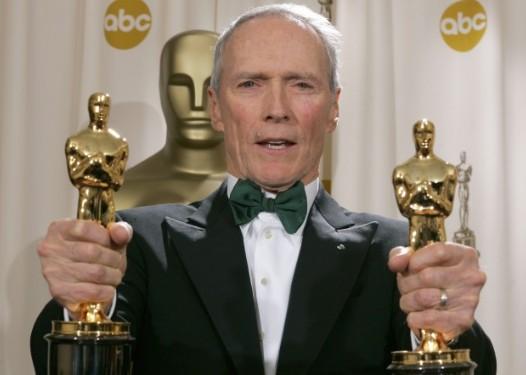 Clint Eastwood com as estatuetas do Oscar recebidas por 'Menina de Ouro', em 2005