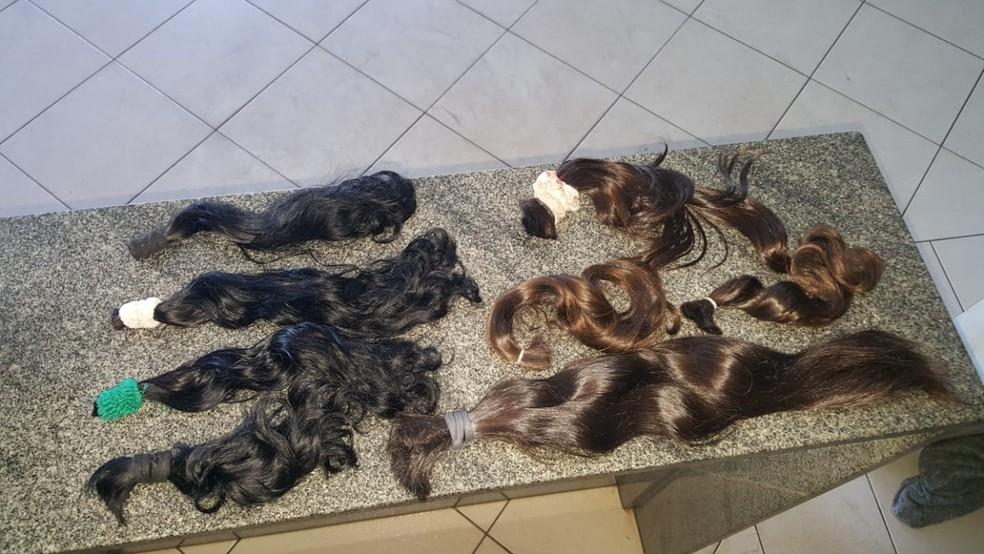 Mechas são usadas na fabricação de perucas — Foto: Polícia Militar/Divulgação