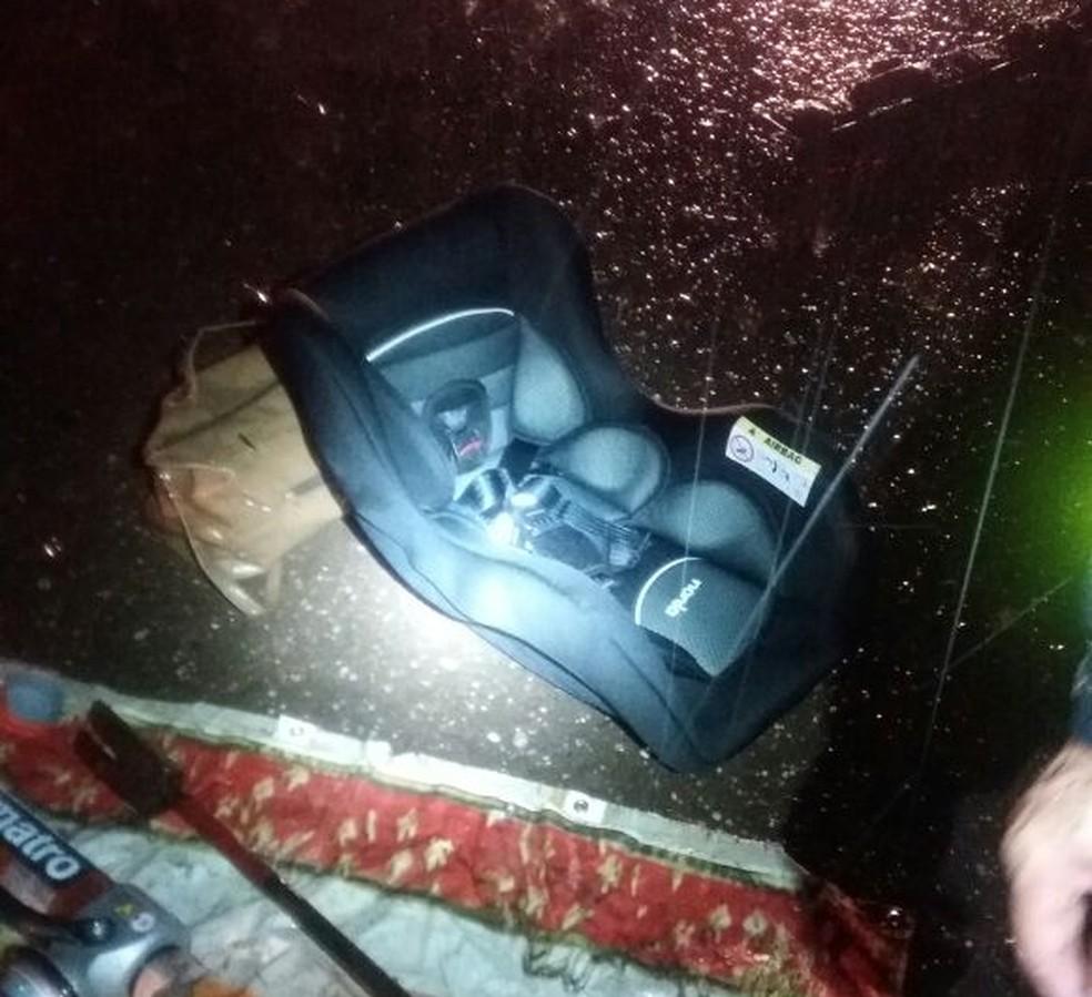 Segundo a PRF, criança que acabou morrendo após colisão entre veículos teria sido retirado do bebê conforto momentos antes do acidente (Foto: Divulgação/PRF-MA)