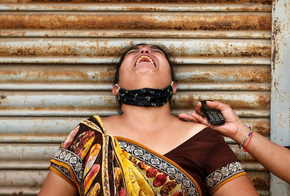 Mulher chora após marido morrer de Covid em Ahmedabad, Índia — Foto: Amit Dave / Reuters