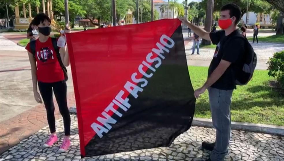 Manifestantes com bandeira antifascismo — Foto: Paulo Henrique/TV Sergipe
