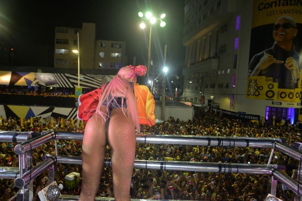 Alinne Rosa desfila no circuito Dodô (Barra/Ondina), em Salvador, com o tema Vale Tropical — Foto: Joilson César/Ag Haack