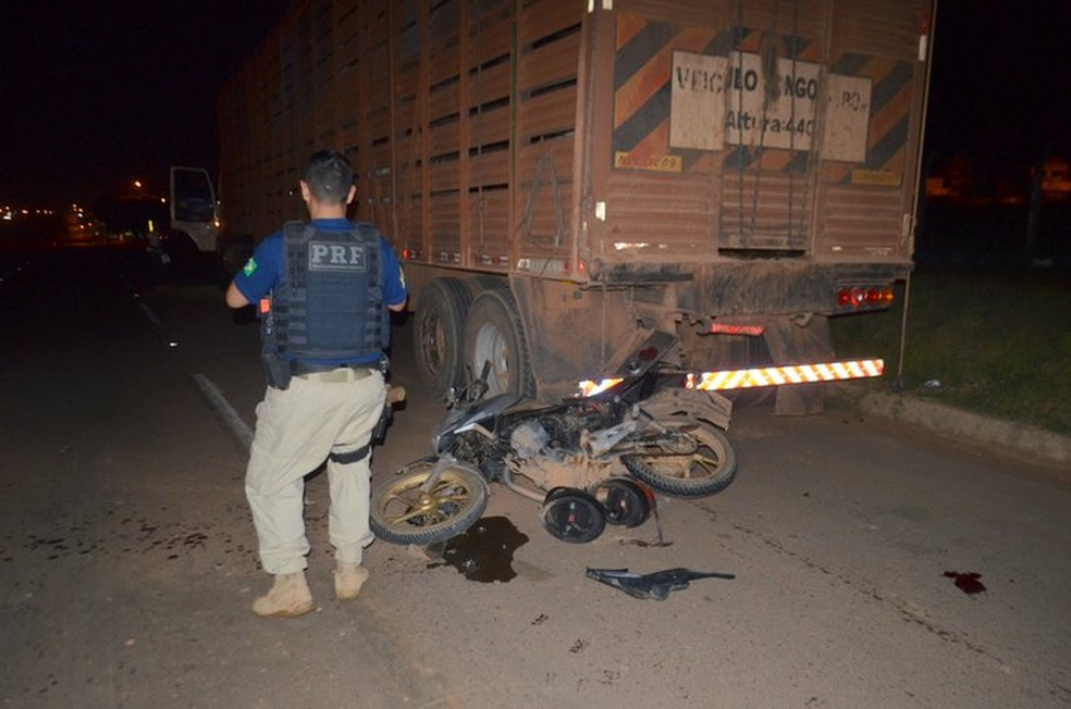 Motociclista colidiu com traseira de carreta em Jaru — Foto: PRF/Divulgação