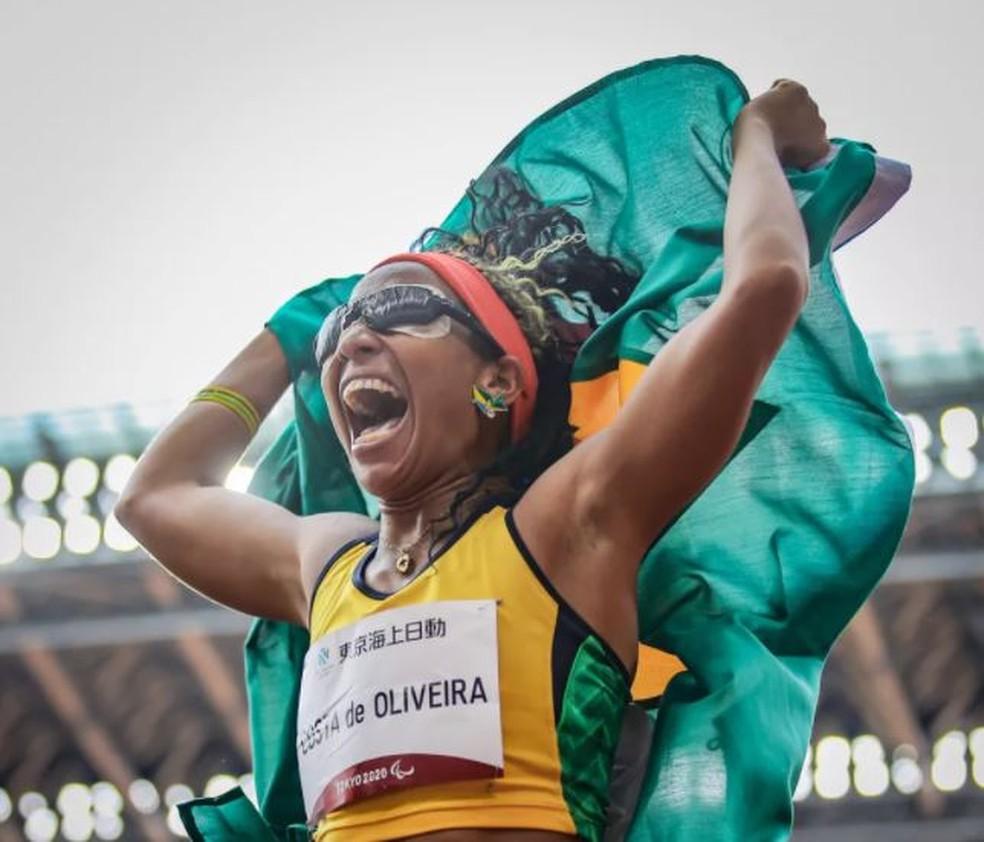 Silvânia Costa comemora seu bicampeonato paralímpico no salto em distância — Foto: Wander Roberto /CPB