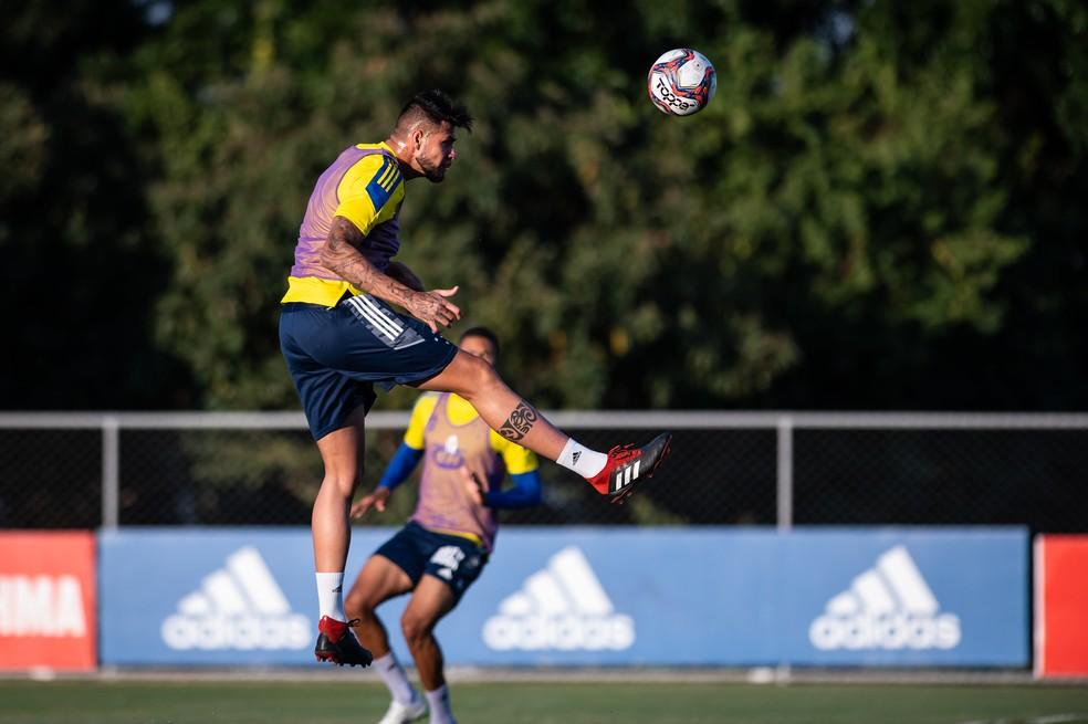 Léo Santos pode substituir Ramon, suspenso, na zaga do Cruzeiro — Foto: Bruno Haddad