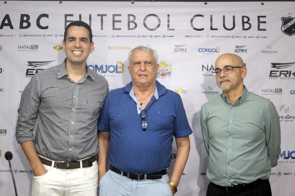 Marcelo Sant'Ana, Fernando Suassuna e Marcelo Barros durante apresentação nesta quarta-feira — Foto: Diego Simonetti/@MajorFotografias