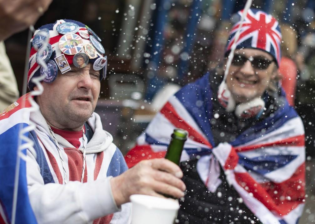 Fãs celebram do lado de fora do Castelo de Windsor, após o anúncio do nascimento do bebê de Harry e Meghan, nesta segunda (6). — Foto: Dominic Lipinski/PA via AP