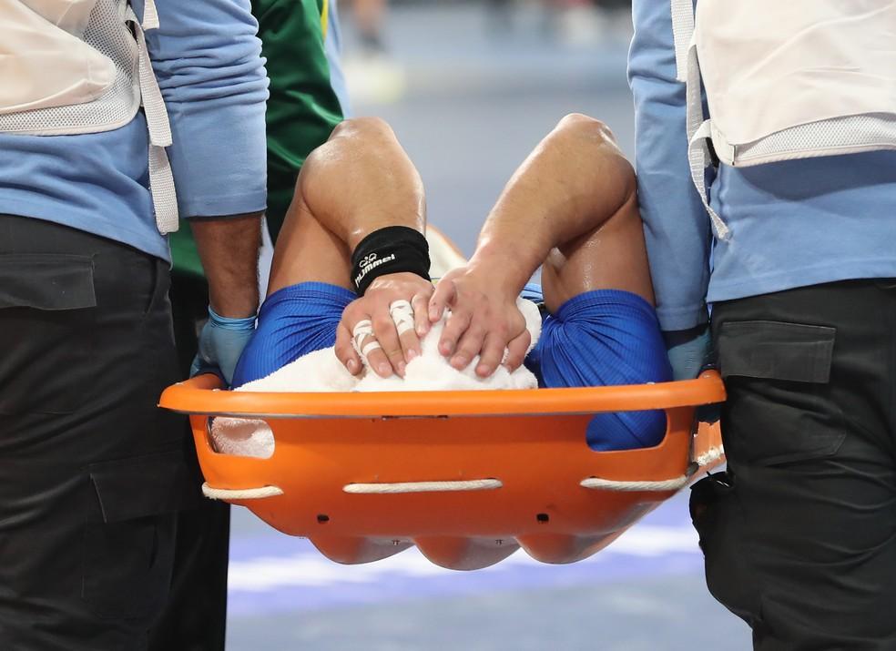 José Toledo sai de maca no Mundial de handebol — Foto: REUTERS/Khaled Elfiqi