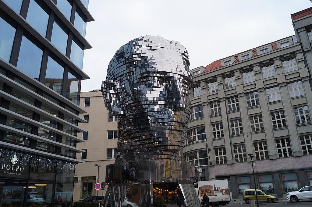 'K on sun', monumento cinemático da cabeça de Kafka instalado em Praga (Foto: Dzoana08/Wikimedia Commons)
