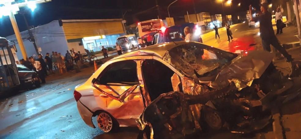 Veículo, que perdeu o controle e provocou as batidas, ficou com a frente destruída — Foto: Reprodução/TV Gazeta