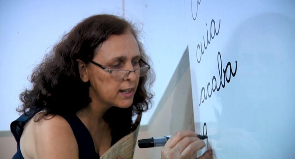 A professora Ana Cláudia Peleteiro se divide entre bar e escola em Gavião Peixoto — Foto: Toni Mendes/EPTV