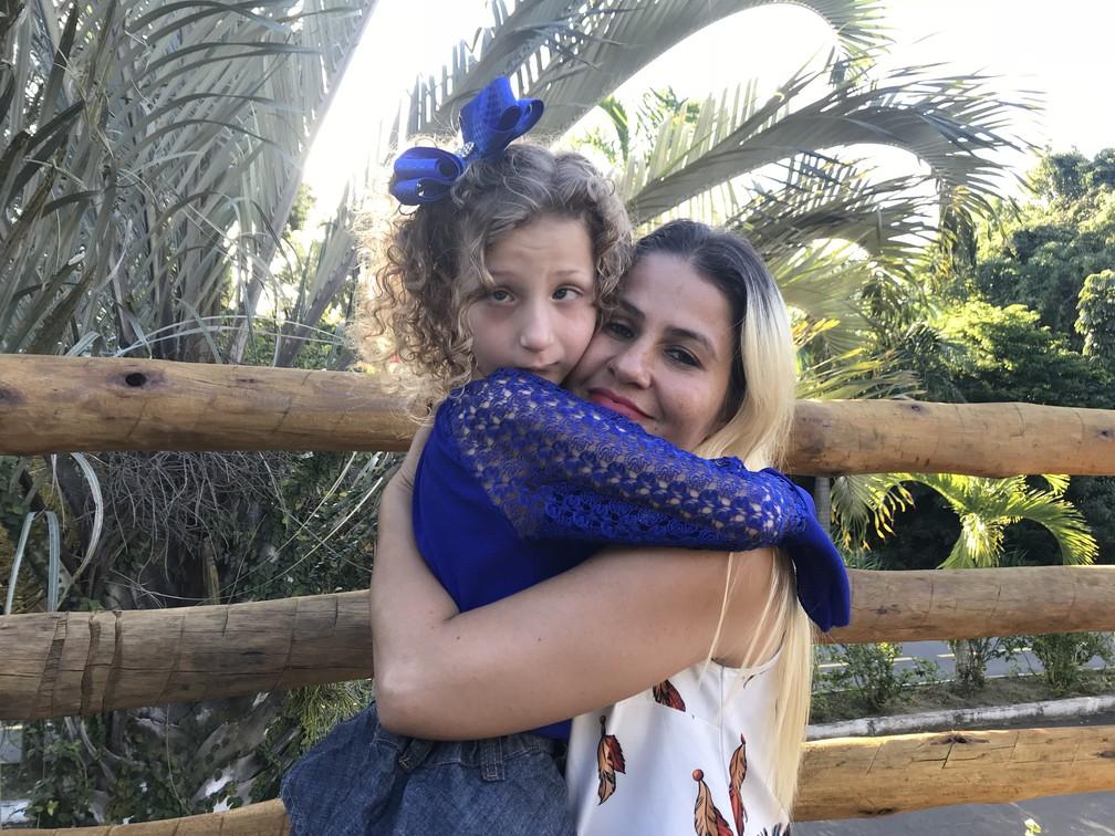 Cristiane e a filha Nicole, que tem retardo mental leve (Foto: Naiara Arpini/ G1 ES)