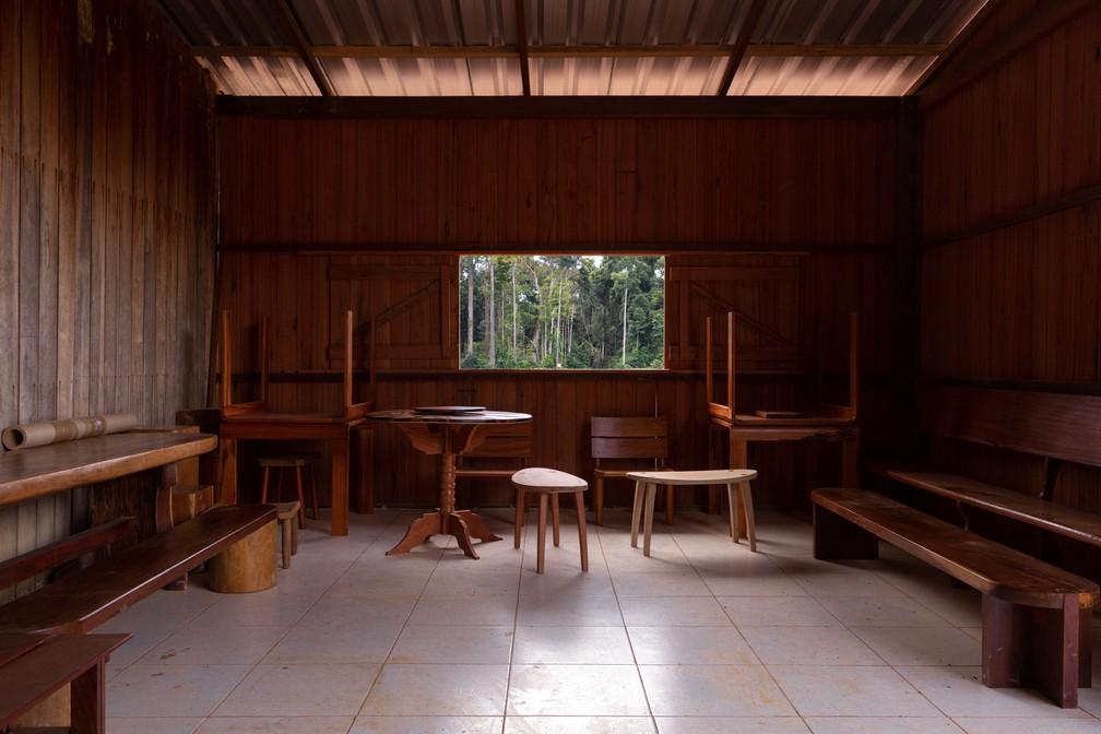 Móveis de madeira são vistos em uma movelaria sustentável no meio da Floresta Nacional do Tapajós — Foto: Marcelo Brandt/G1
