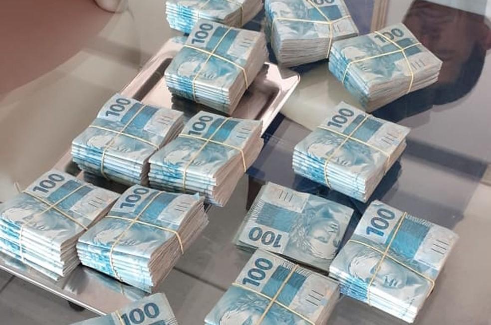 Dinheiro apreendido na casa de um dos alvos da Operação Armadeira — Foto: Reprodução