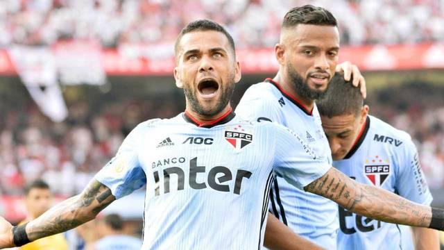 Daniel Alves comemora o gol no primeiro tempo