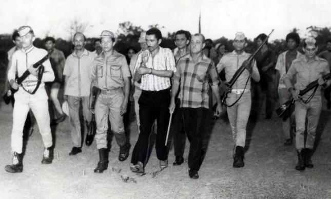 José Paz Bezerra (de bigode, no centro) é levado para o local de um de seus crimes, em Belém