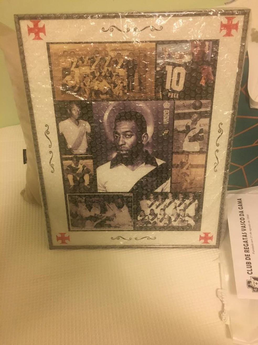Pelé também ganhou um quadro com imagens suas relacionados ao Vasco — Foto: Divulgação