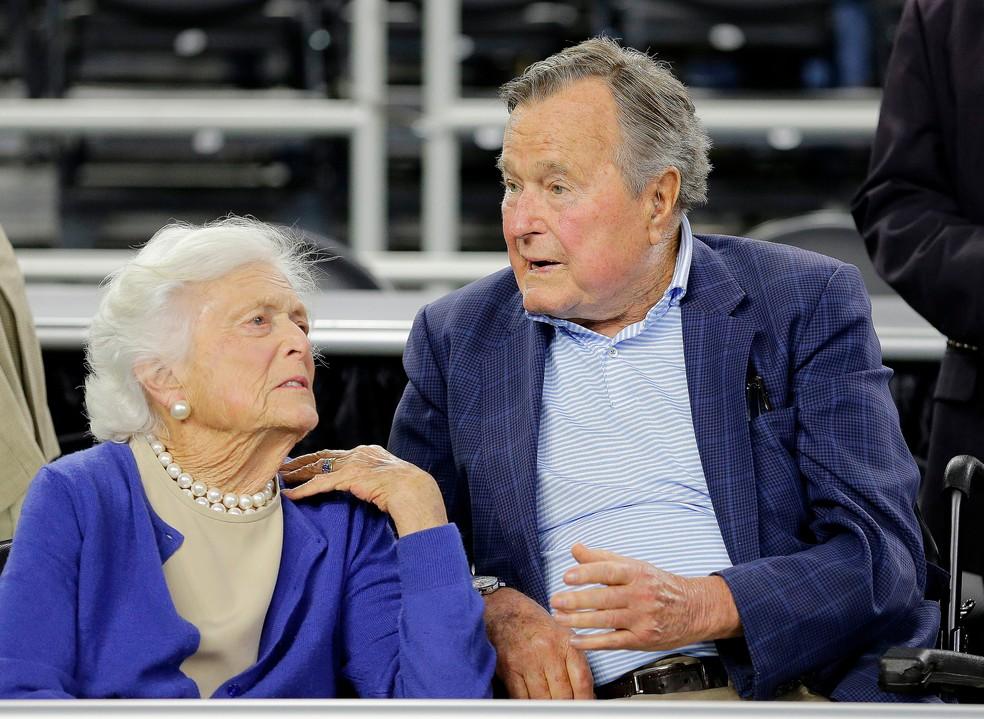 Barbara e o marido George H. W. Bush em foto de março de 2015 (Foto: David J. Phillip, File/ AP Photo)
