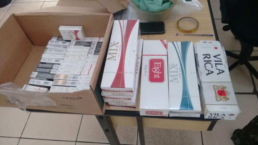 Cigarros do Paraguai foram encontrados em meio a comércio ilegal (Foto: Divulgação/Polícia Militar Ambiental)
