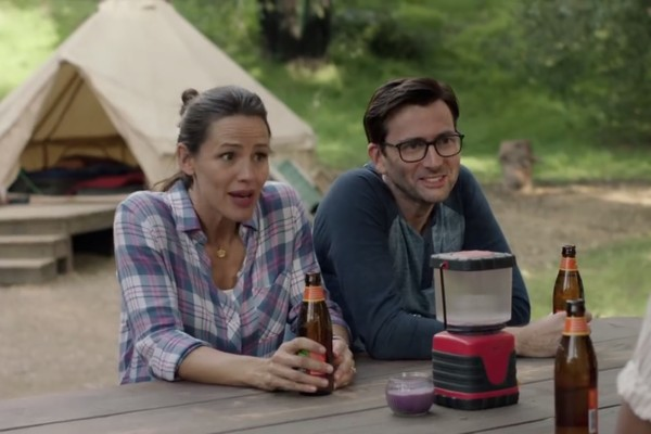 Jennifer Garner e David Tennant em cena do trailer de Camping (Foto: YouTube)