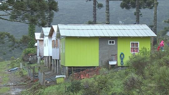 Famílias de loteamento de SC seguem sem água tratada e luz há quase dois anos