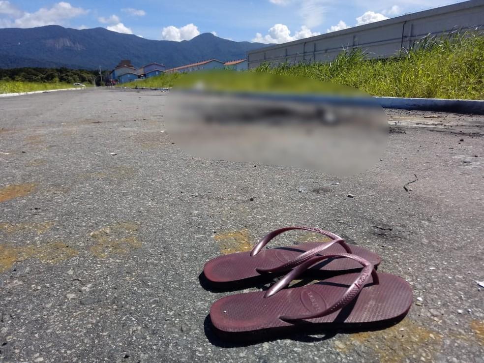 Um chinelo roxo foi encontrado próximo ao corpo  — Foto: Reprodução/Praia Grande Mil Grau