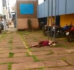 Vídeo mostra homem de máscara caído na frente da sede da PRF em Porto Velho