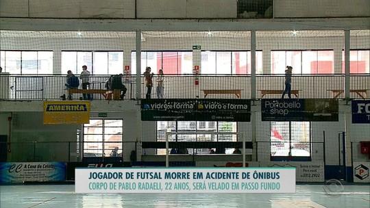 Jogador morre em acidente de ônibus com time de futsal em Itaqui