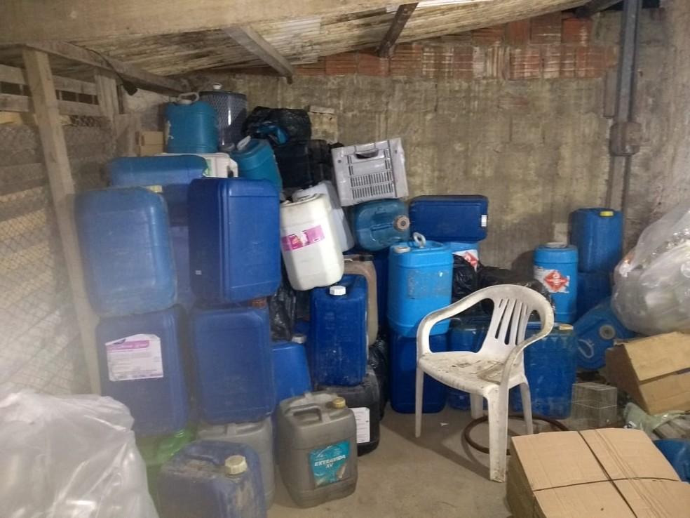 Combustível usado para abastecer aviões, furtado do Aeroporto de Natal, foi achado dentro de embalagens de plástico, durante operação da Polícia Civil — Foto: Polícia Civil/Divulgação