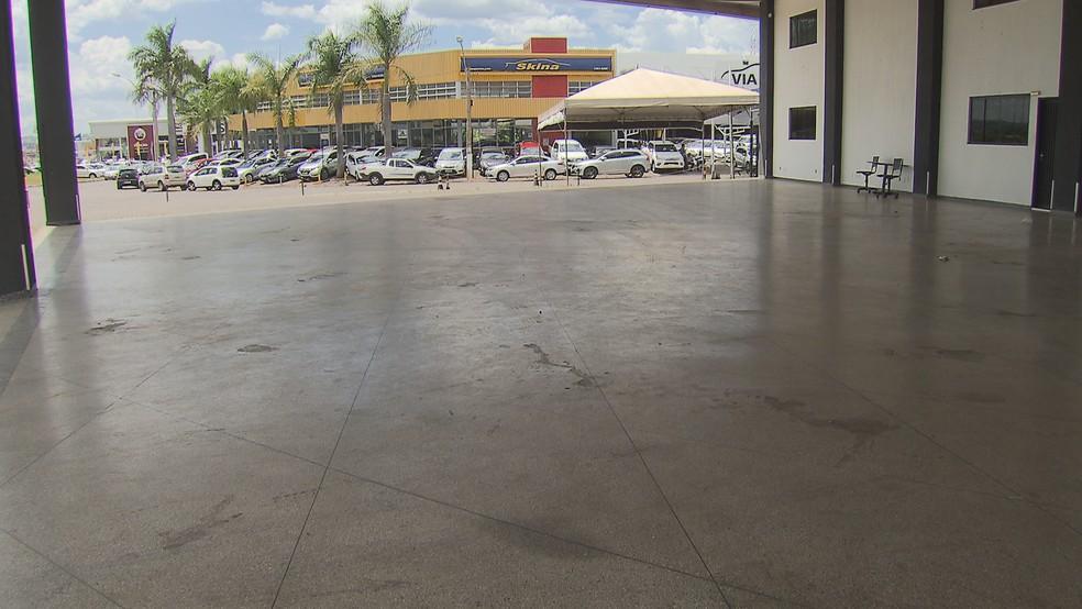 Pátio vazio de concessionária acusada de dar calote em clientes — Foto: Reprodução/TV Globo