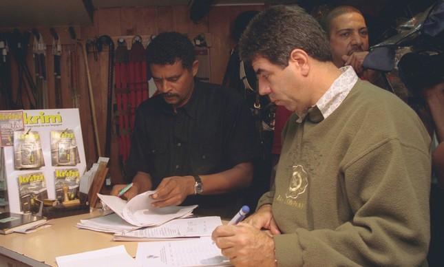 Policiais fazem blitz em loja de armas, no dia 7 de junho de 1999, quando a lei contra comercialização de armas entrou em vigor