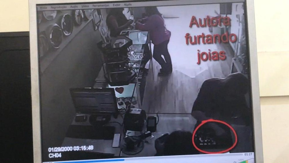 Mulher foi flagrada escondendo joias dentro da blusa — Foto: Reprodução