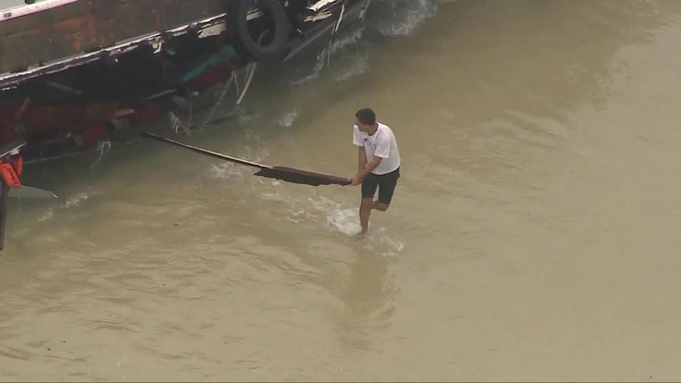 Pedaços de embarcação encalhada na Praia da Reserva, na Zona Oeste, são furtados — Foto: Reprodução/TV Globo