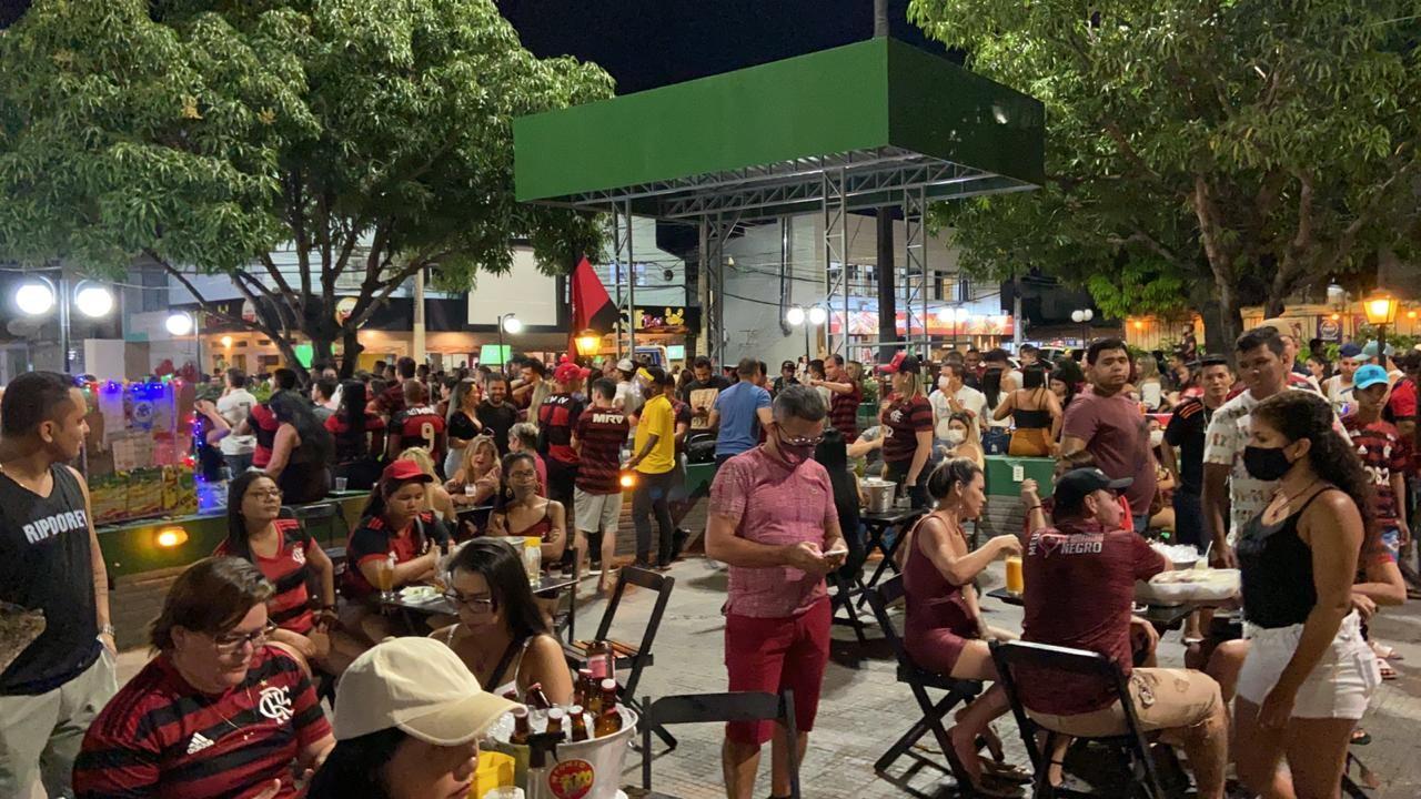 Bares são notificados após operação constatar aglomeração de pessoas na Praça do Caranguejo, em Manaus
