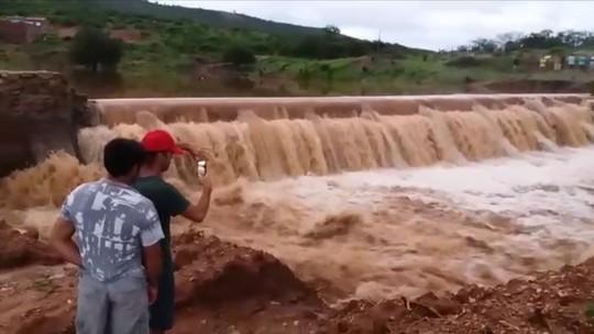 Barragem de açude no Sertão da Paraíba rompe após chuvas; veja vídeo