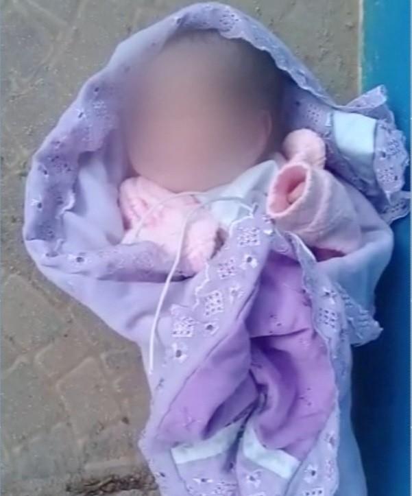 Bebê encontrada em calçada já está em unidade de acolhimento; polícia investiga o caso